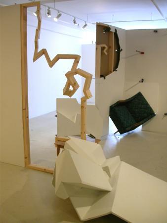 La sculpture au pied du mur